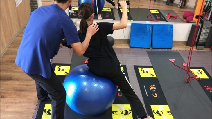 脊柱側弯症の運動療法(シュロス法、Schroth Therapy)の実際のトレーニング風景